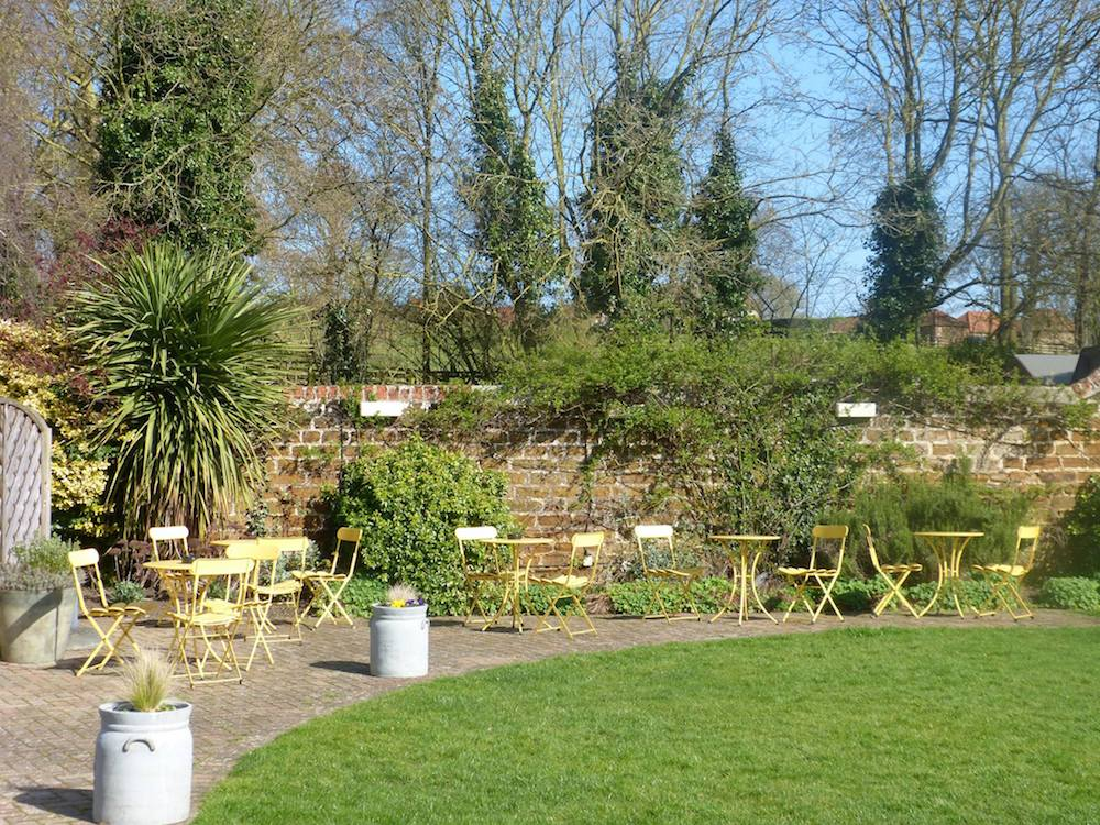 rose and crown Snettisham beer garden yellow tables