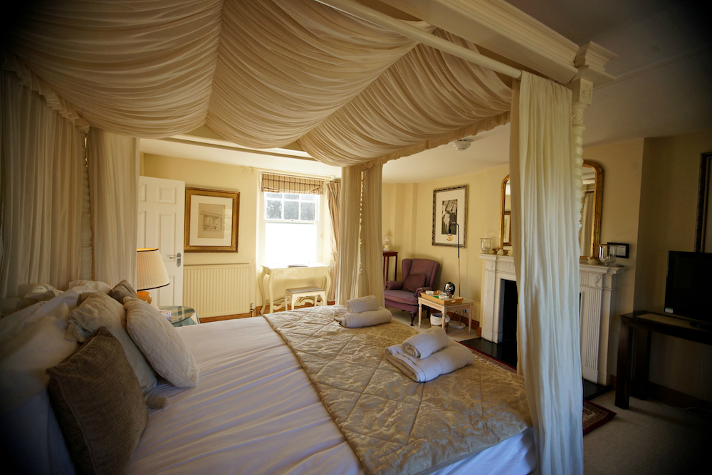 four poster bed with cream drapes
