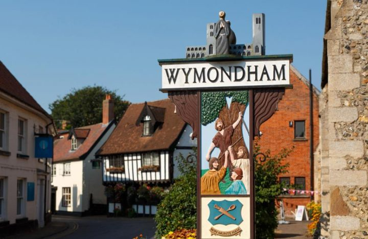 wymondham town sign with tudor building in background